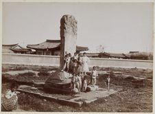 Sans titre [Groupe d'enfants posant devant une stèle]