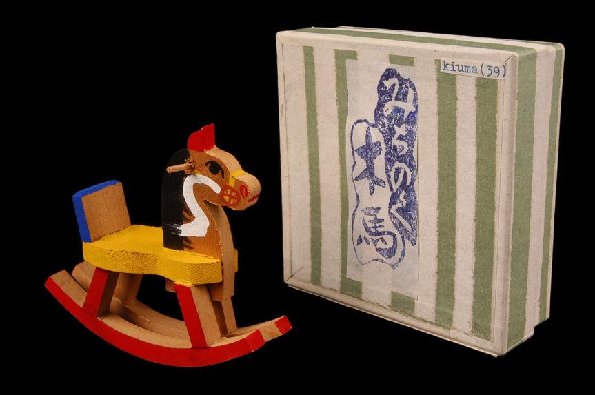 Figurine représentant un cheval à bascule