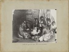 Jeunes filles samoennes jouant aux cartes
