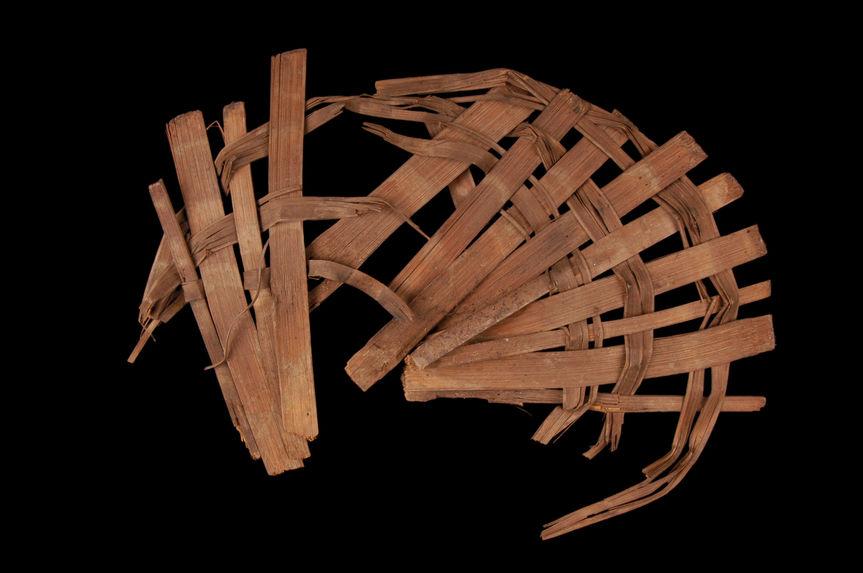 Matériel pour l'impression à la planche : Claie circulaire en bambou, posée au fond de la cuve, bhalincha. très mauvais état