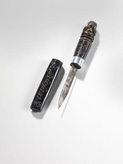 """Couteau rituel représentant le """"Sage qui se cache les yeux&quot"""