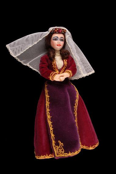 Poupée en costume du 19e siècle