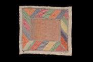 Textile enveloppant la pierre de prière