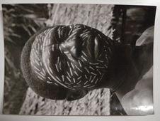 Logoué, un noir Pomo de Gatomgo a peint son visage après la chasse à la panthère