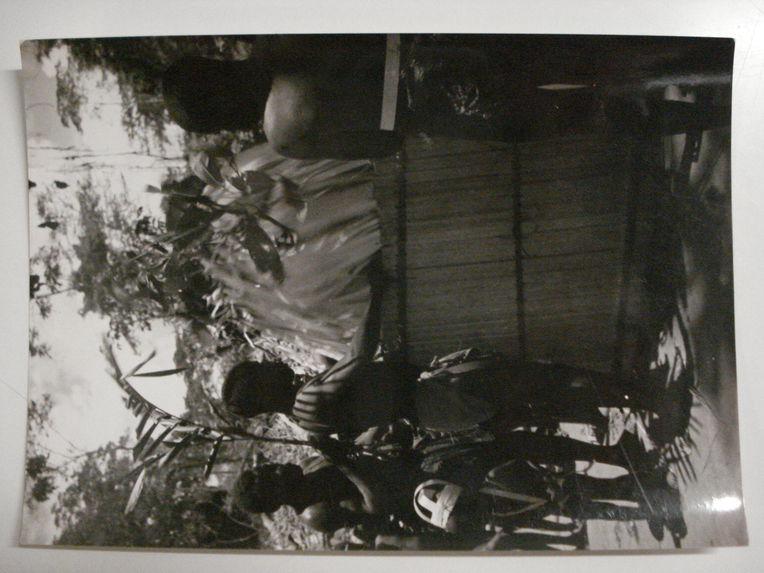 L'entrée d'Edzingui, esprit de la forêt, à l'abri des paravents. Pygmées Bengombé