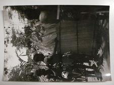 L'entrée d'Edzingui, esprit de la forêt, à l'abri des paravents. Pygmées...