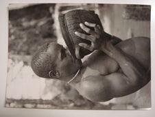 Femme pygmée Bangombé buvant dans une poterie fabriquée par les femmes de...