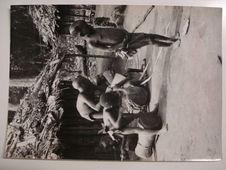 Les enfants pygmées s'exercent souvent à jouer du tambour