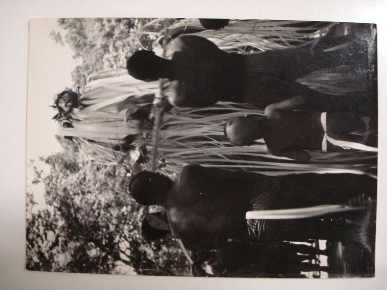 Orné des amulettes de chasse que porte d'ordinaire Mopéta, Edzingui, esprit de la forêt, s'élève progressivement au dessus des danseurs.