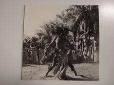 A Lastourville, chez les Badouma, le danseur est agité de tremblements vifs que...