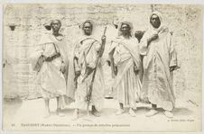 Taourirt (Maroc Oriental). - Un groupe de rebelles prisonniers