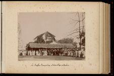 Le pavillon français hissé au palais de la reine de Huahine