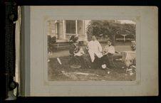 Le gouverneur Gallet entouré de sa fille et de sa femme
