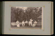 Tennis chez le consul anglais et madame Simons