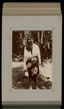 """Jeune """"Diane tahitienne surprise au bain à Oofou (Taravao)&quot"""