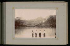 Moorea, quatre hommes dans la baie d'Opuhonu