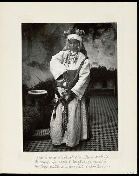 C'est la tenue d'apparat d'une femme arabe de la maison du Pacha à Meknès