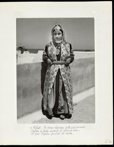 A Rabat. La tenue classique de la citadine arabe