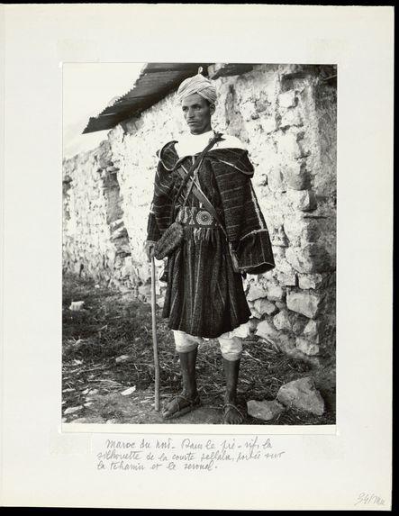 Maroc du Nord. Dans le pré-rif. La silhouette de la courte jellaba