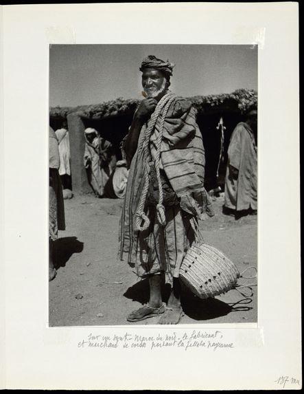 Sur un souk. Maroc du nord. Le fabricant et marchand de cordes