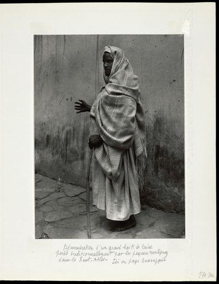 Démonstration d'un grand haïk de laine porté traditionnellement par les paysans montagnards du Haut-Atlas