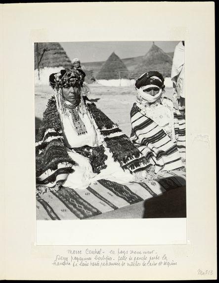 Maroc central. Deux paysannes berbères. Celle de gauche porte la handira de laine tissée