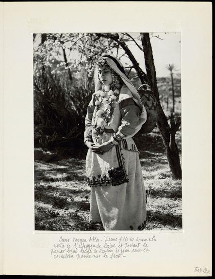 Jeune fille des Ammeln vêtue de l'afaggon de laine
