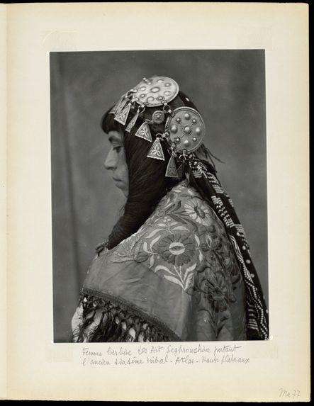 Femme berbère des Aït Segrouchène portant l'ancien diadème tribal