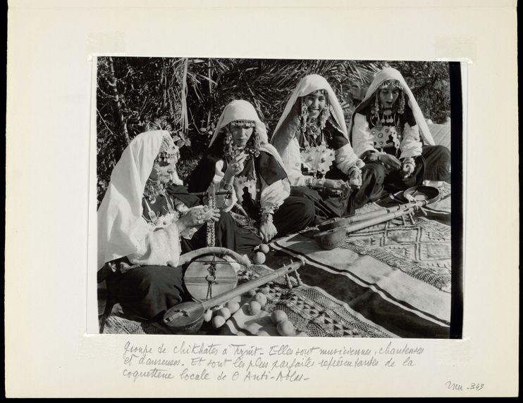 Groupe de chikhates à Tiznit. Elles sont musiciennes, chanteuses et danseuses