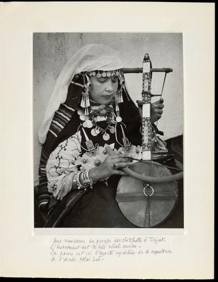 Une musicienne du groupe des chikathes de Tiznit