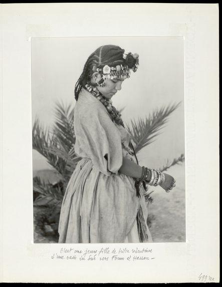 C'est une jeune fille de tribu sédentaire d'une oasis du sud vers Foum el Hassan