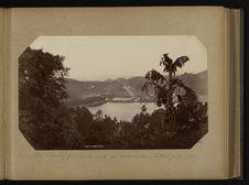 Vue de Kandy prise de la route au dessus du lac - (Kitoul palm) palmier