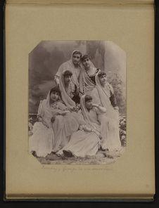 Bombay, groupe de six soeurs Parsi