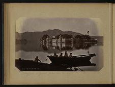 Grand palais dans le lac