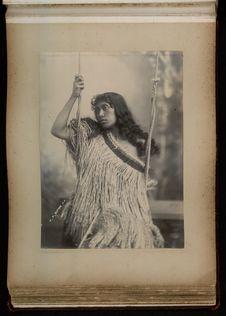 Sans titre [jeune femme maori sur une balançoire]