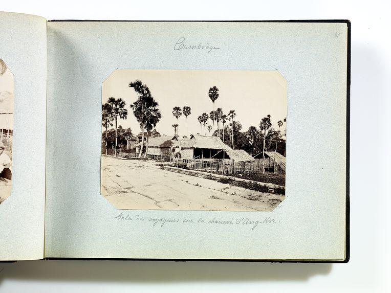 Sala des voyageurs sur la chaussée d'Ang-Kor