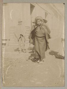 Sans titre [femme marchant dans une rue]