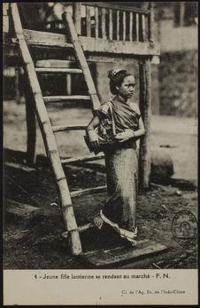 Jeune fille laotienne se rendant au marché