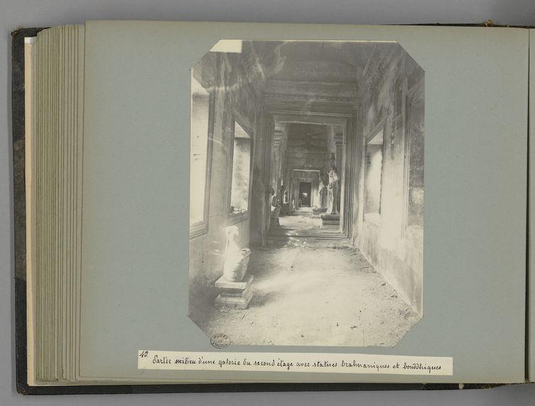 40 Partie milieu d'une galerie du second étage avec statues brahmaniques et bouddhiques