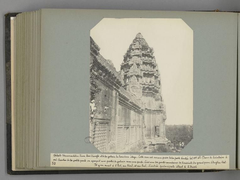 50 Détails d'ornementation d'une tour d'angle et de la galerie du troisième étage