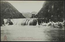Porte de Chine et cascade près de Trung-Khan-Phu