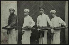 Ouvriers indigènes fabricant les cigares à la manufacture de Tabac