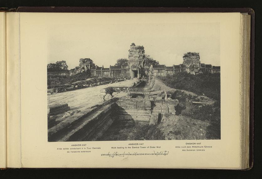 Angkor-Vat : allée dallée conduisant à la Tour Centrale de l'enceinte extérieure