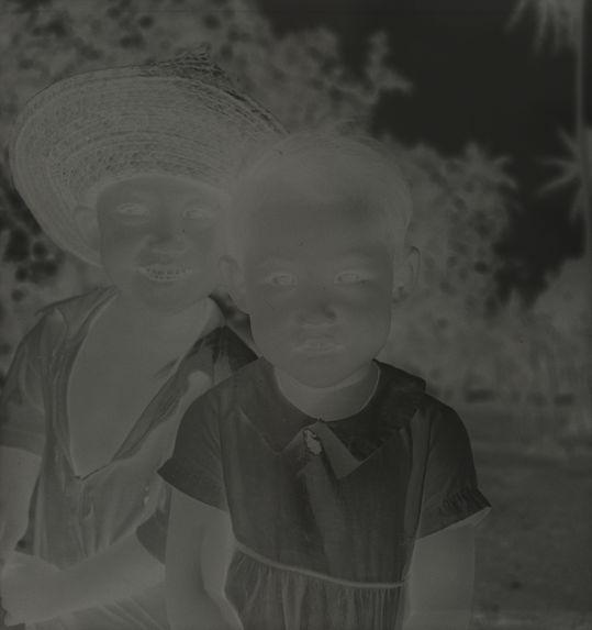 Sans titre [portrait de deux jeunes enfants]