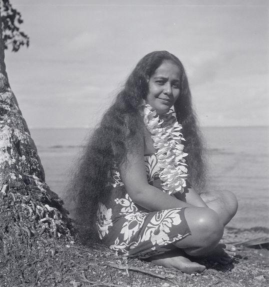 Sans titre [portrait d'une jeune femme aux cheveux longs et collier de fleurs]