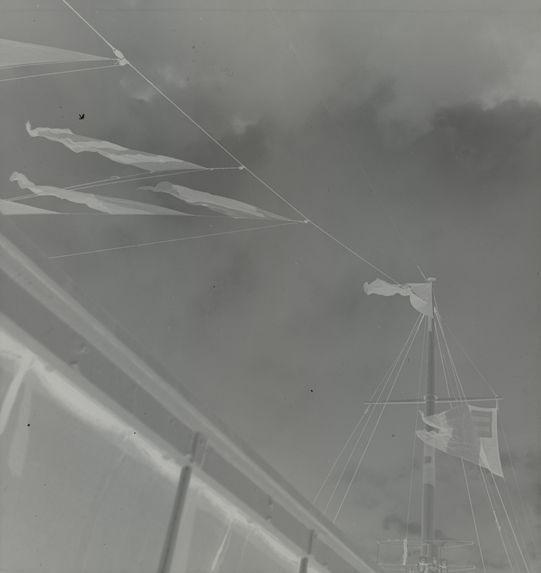 Sans titre [cordages et drapeaux dans le ciel]