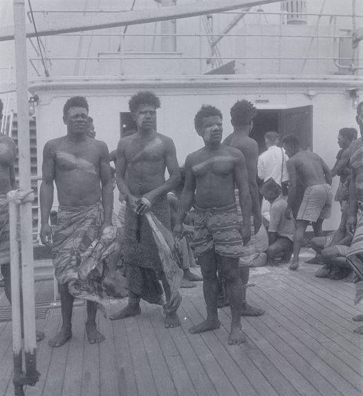 Sans titre [groupe d'hommes sur un bateau]