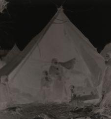 Tziganes nomades vivant sous la tente. Femmes et enfants