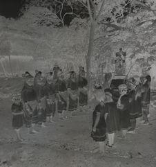 Sans titre [groupe d'enfants lors d'une cérémonie]