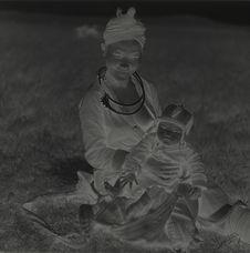 Jeune femme Meo et son enfant